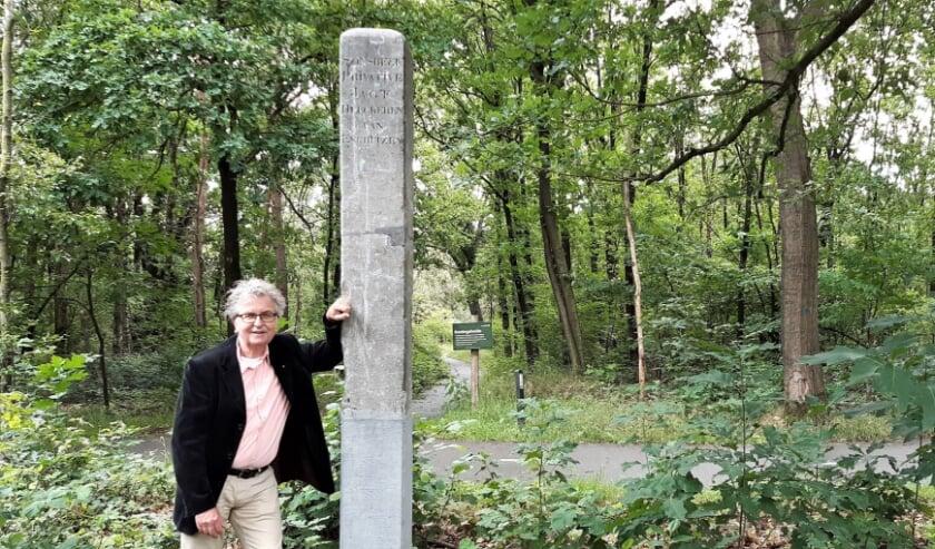 Kunstdetective Theo Brink naast de herplaatste jachtpaal.