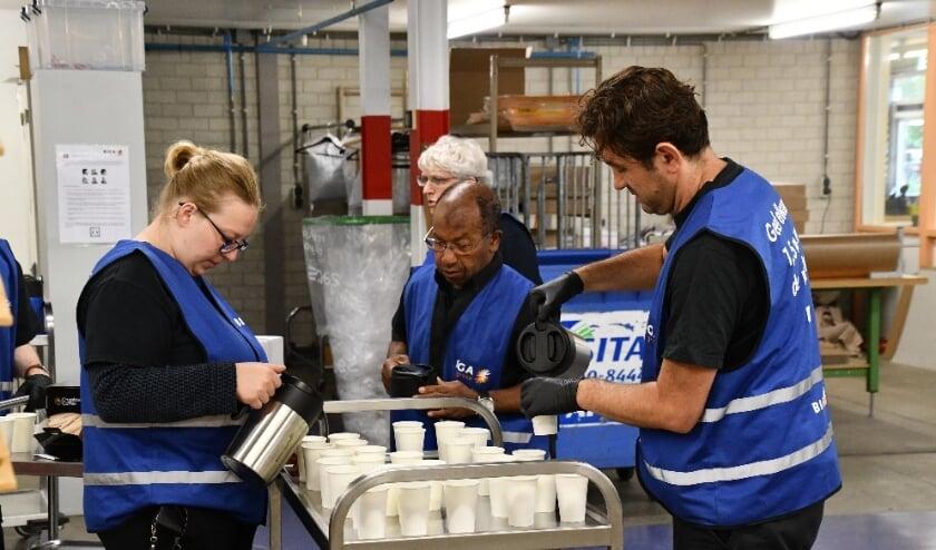 Het cateringteam voorziet het team op de Thorbeckelaan van koffie en gebak