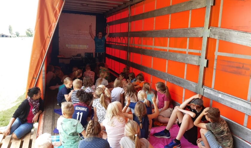 Mathijs Hoornaar legde het evangelie uit met kleuren goocheltrucs, filmpjes en liedjes. (Foto's: MTL Lopik)