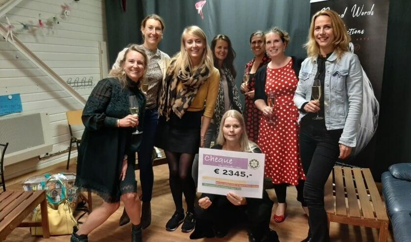 De Ladies' Circle N.W. Veluwe reikt cheque uit aan Beyond Words Productions.