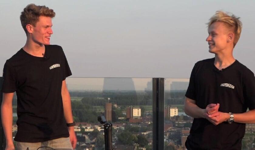"""Jelle van Bommel (links) en Koen Lindeboom tijdens de opnames van hun """"Examensessie"""" in de Skybar van het van der Valk hotel in Tiel."""