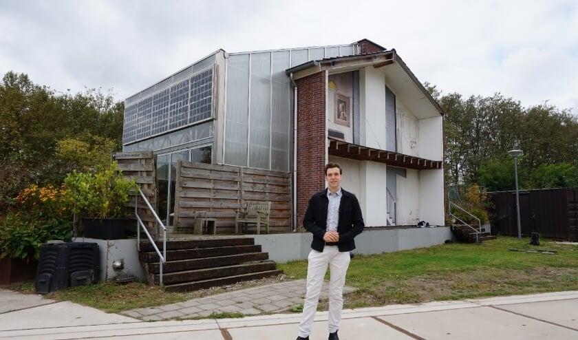 Raadslid Rick van den Brink (STIP) voor het energie neutrale huis Prêt-a-Loger op de Green Village in Delft.