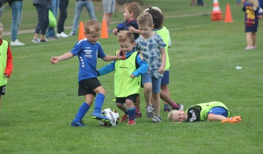 Jongens en meisjes tot en met elf jaar kunnen kennismaken met voetbal tijdens de OBW Voetbalinstuif die op zondag 6 september wordt gehouden! (foto: Theo Scholten)