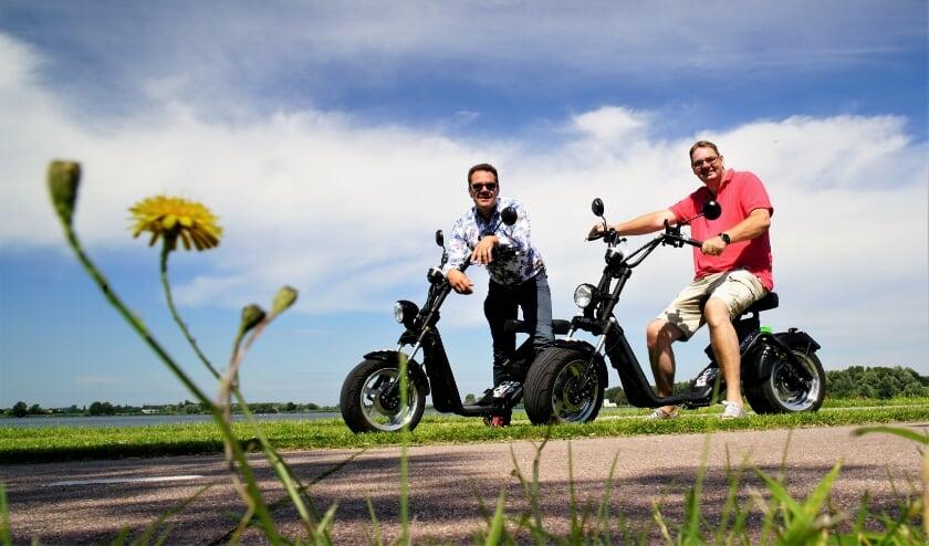 Hans Ouwerkerk (R) en Robbert Roos tijdens hun tocht op de E-Chopper rond Zoetermeer.