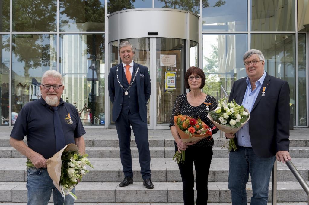 Dhr. Meeter, burgemeester Beenakker, Dhr. En Mw. Nouwens. Foto: Raphael Drent © DPG Media