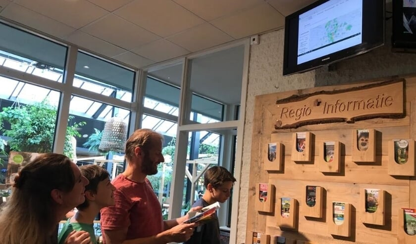Bezoekers raadplegen de monitor bij Landal Miggelenberg.