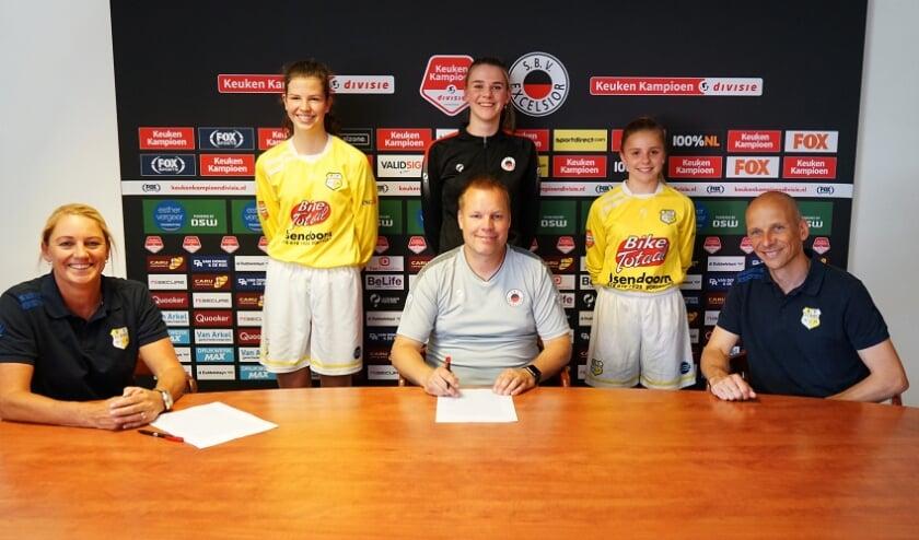 Excelsior Rotterdam Vrouwen en VV Spirit ondertekenen de samenwerkingsovereenkomst op het gebied van meisjes- en vrouwenvoetbal.