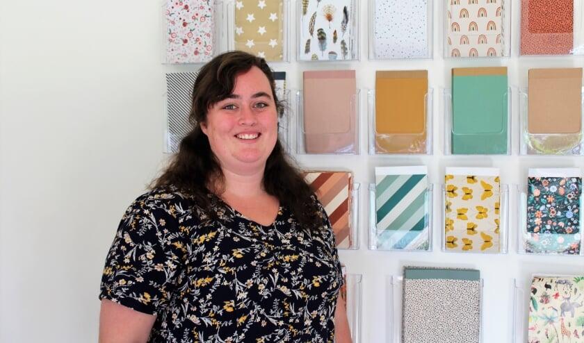 Jessica van der Elst in haar winkeltje met alles wat met mooi en leuk papier te maken heeft.  Foto: Annemarie van der Ploeg