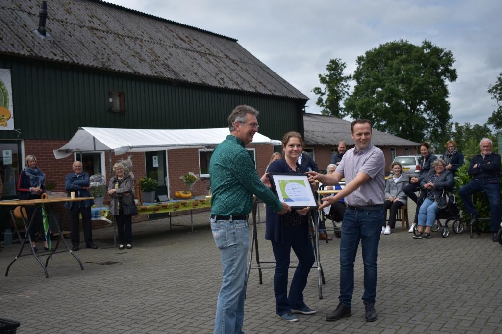 Zij kregen het keurmerk overhandigd door René de Bruin van de Stichting Streekeigen Producten Nederland.   © DPG Media