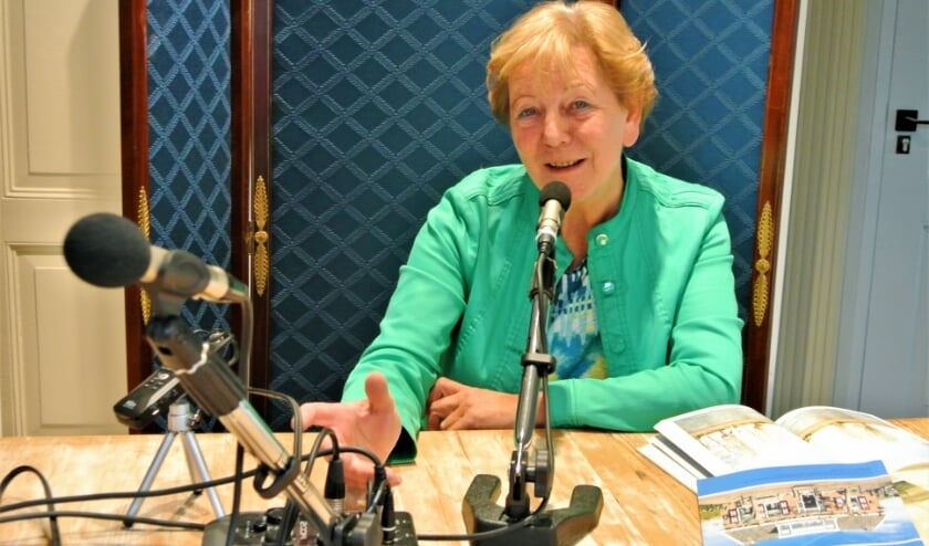 Alie Tas bij de opname van de eerste podcast. (Foto: pr)