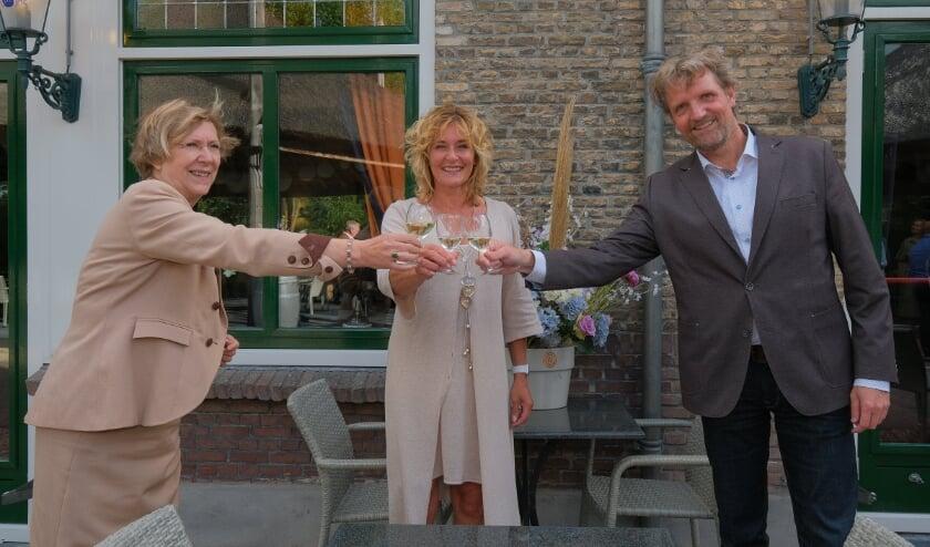 Anke van As, Benita van Wegen en Ruud Steggerda proosten op de samenwerking. Foto: Chris Lans