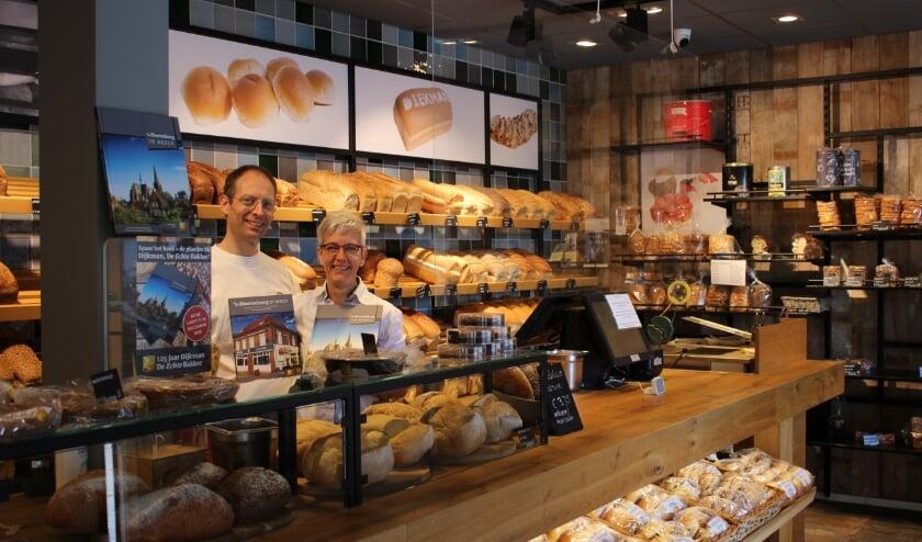 Henri Dijkman en Miriam Blom presenteren het verzamelalbum in hun bakkerij aan de Molenpoortstraat (foto: Marlous Velthausz)
