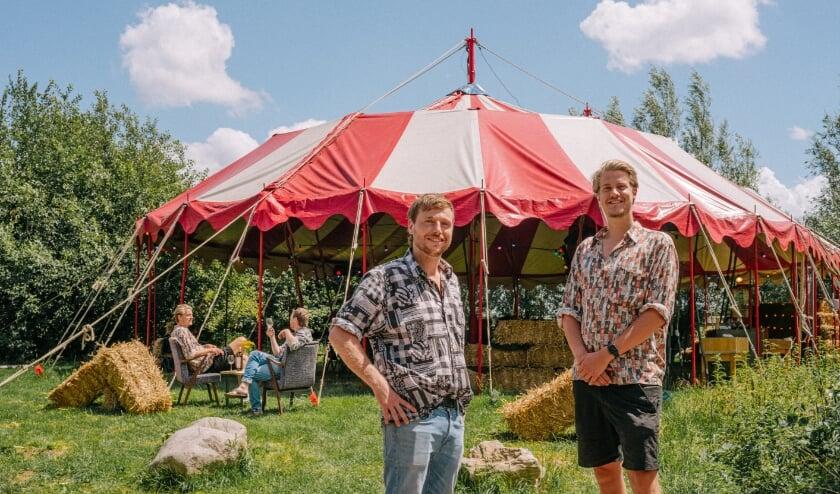Thijs Borsboom en Jord Siemerink voor de Tent (foto: Jord de Kat Angelino)
