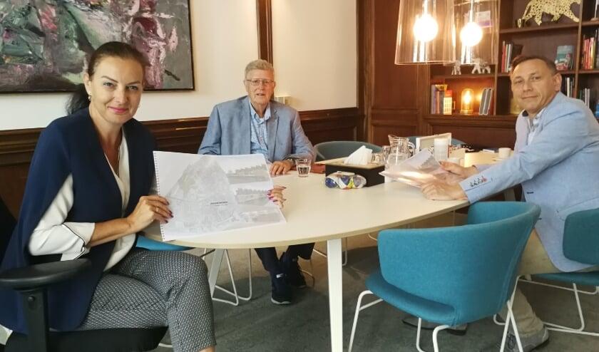 Jan van der Vlies(midden) en Martin Zonneveld presenteren hun plannen aan wethouder Ivana Somers voor anders wonen. Foto: Peter Spek