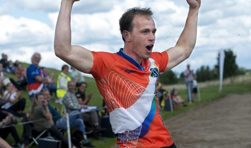 Vreugde bij regerend Nederlands Kampioen Rian Baas na zijn prachtige afstand van 20.30 meter. (Foto: Erik van Kordelaar)