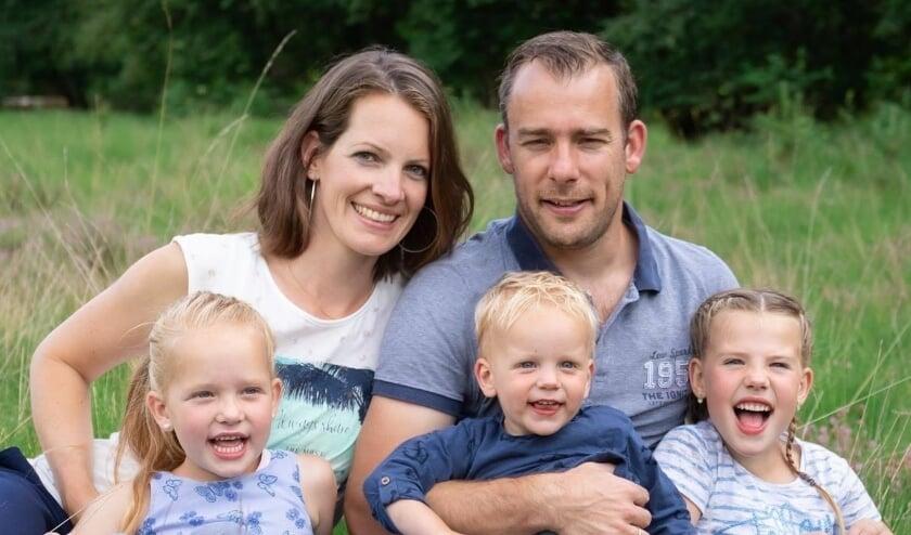 Gerard en Alice van Asselt en hun kinderen. Ze houden een sportieve challenge om langer in Zambia te kunnen blijven. (eigen foto)