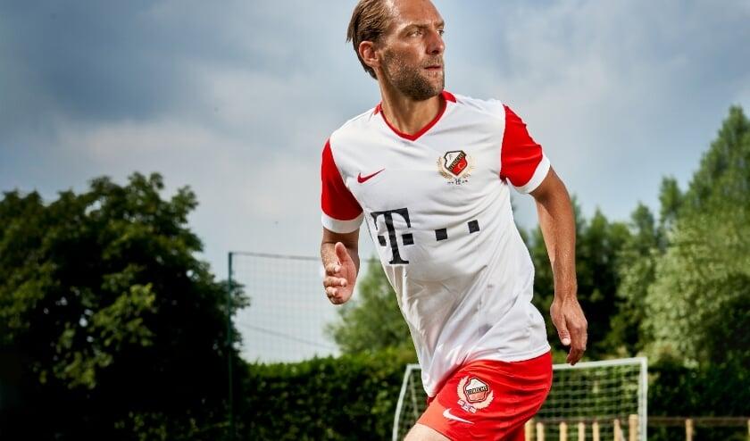 Aanvoerder Willem Janssen in het nieuwe shirt dat woensdag ook werd gepresenteerd.