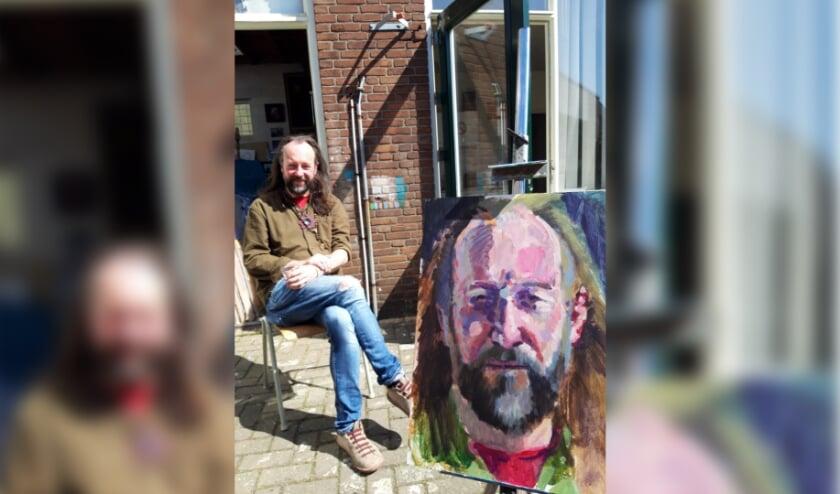 Rene Donders bij zijn portret gemaakt door Diederik Grootjans.