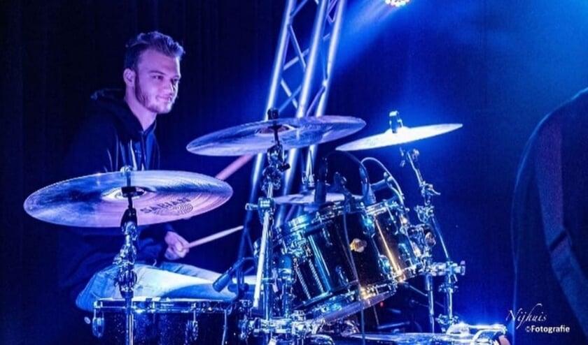 Towi Geuze (20) uit Aagtekerke is muzikant én vrijwilliger bij Podium-Z. FOTO: NIJHUIS FOTOGRAFIE