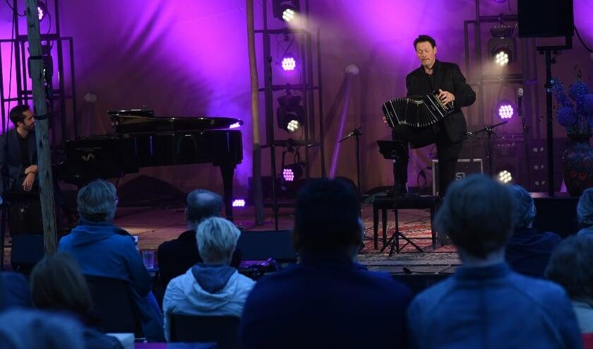 In een uitverkocht openluchttheater op de Citadel speelde Carel Kraayenhof vrijdag 24 juli op zijn bandoneon. Foto: Henk van Esch