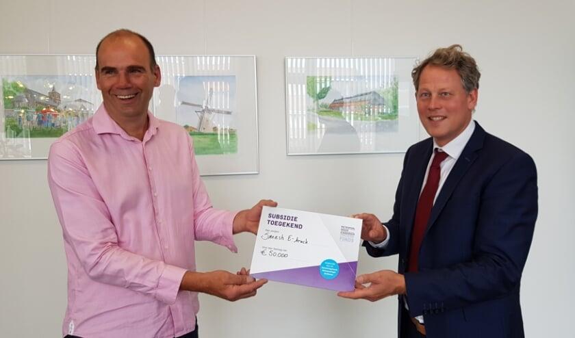 Leon Lauwers (l), oprichter en eigenaar van SmeshWorks! BV uit Netersel samen met burgemeester Bosma van de gemeente Bladel.