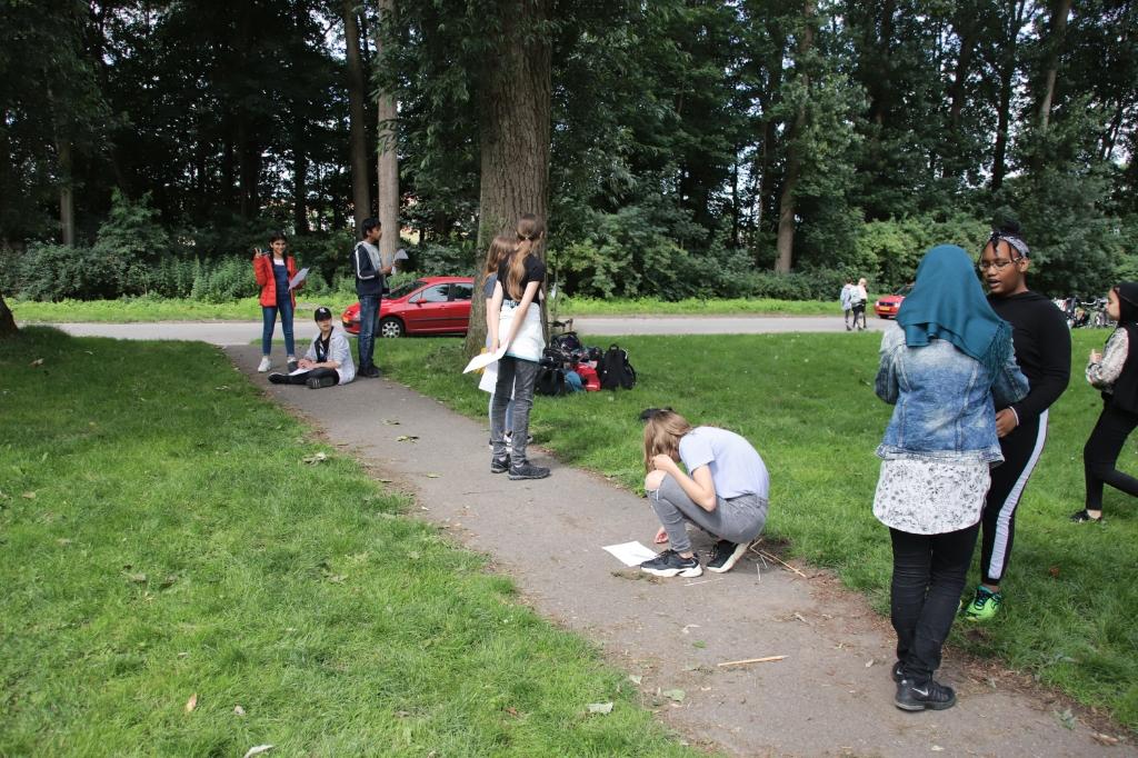 Op de warmste dag van de week was groep 8 in het Noorderpark te vinden. Foto:  © DPG Media