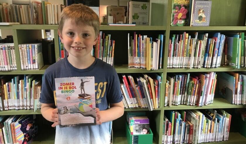 De 'Zomer in je Bol'-bingokaart met leuke boekenchallenges moet kinderen stimuleren ook in de zomervakantie te blijven lezen.