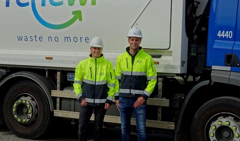 Hanna van Luijk en Victor Vijfvinkel doen een dringend beroep op huishoudens om geen batterijen in het afval te gooien. (foto) DPG/gsv)