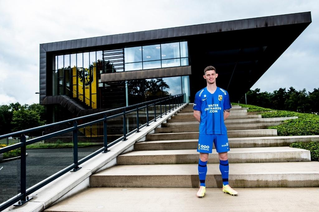 Thomas Buitink toont op Papendal het nieuwe uittenue van Vitesse. Foto: Vitesse © DPG Media