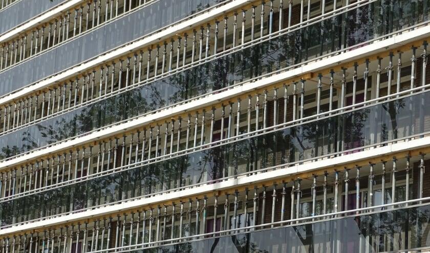 Alle galerijen van één van de flats aan de Zwaluwenlaan zijn gestut met stempels en dat ziet er dan zo uit. (foto: DPG/gsv).