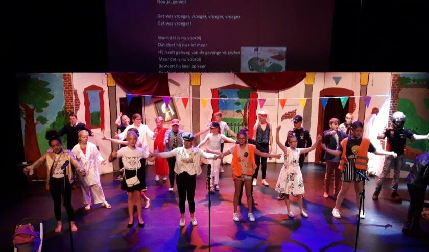 Op het podium van Cascade speelden verschillende groepen 8 hun eindmusical, terwijl het publiek het thuis kon zien via een live stream. (Foto's: pr)