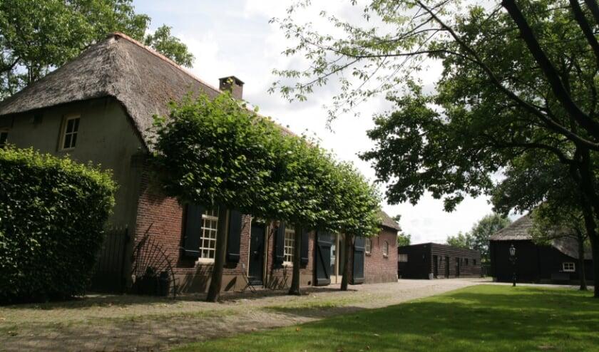 Net buiten de bebouwde kom van Tilburg staat aan de oostelijke zijde van de Rugdijk deze voormalige langgevelboerderij met vanaf 1994 alleen een woonfunctie.