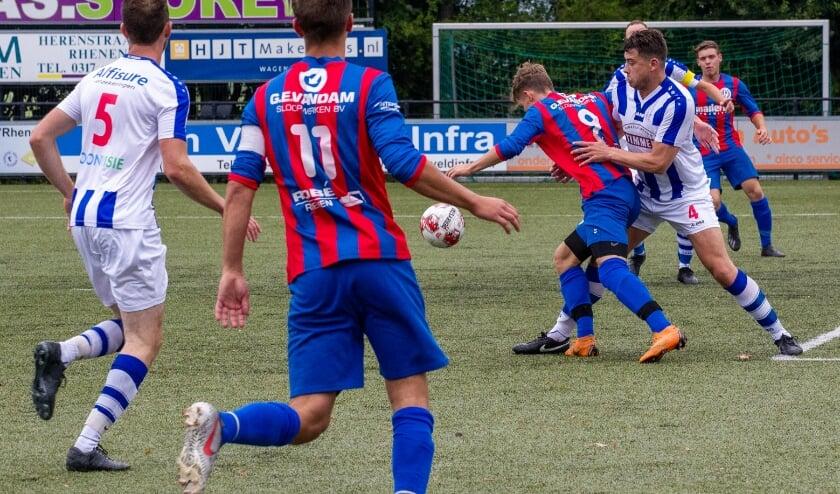 Spelmoment uit de vriendschappelijke wedstrijd tussen VVA en FC Lienden. De wedstrijd eindigde in 1-1. (Foto: Wim Brouwers.
