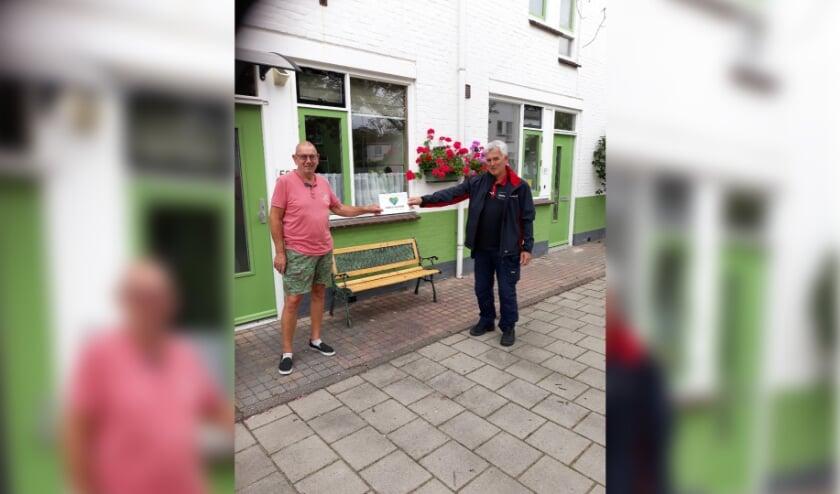 Rob de Goede buurtbeheerder overhandigt Theo de welverdiende prijs. Foto: R de Goede