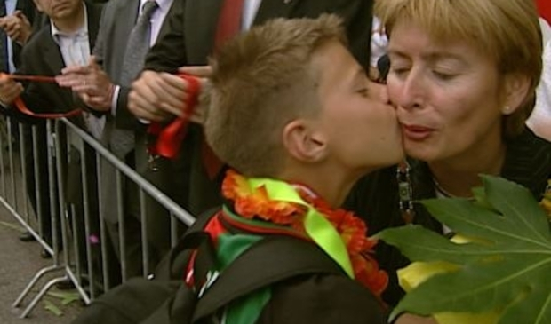 Toenmalig burgemeester Guusje Ter Horst krijgt een kus. Foto: Jos Kruisbergen © DPG Media