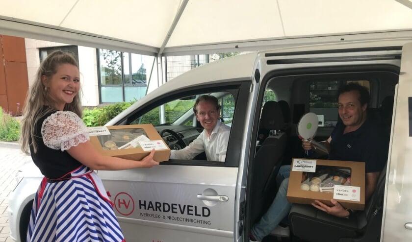 Uitreiking van de haringverwenpakketten aan Van Hardeveld.