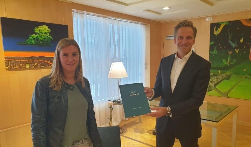 Directeur Monique Verloop van Jayda CC overhandigt jaarverslag aan Minister Hugo de Jonge van VWS