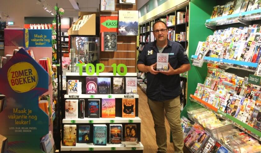 Gouwenaar Jacques Povée bij Readshop in wc Bloemendaal hoopt dat zijn thriller  Parijs Nice Wraak in de Top 10 komt. Foto:PR
