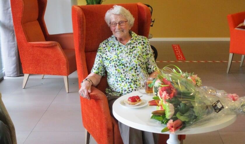 Mevrouw J. van Uden-Cools werd onlangs in de bloemetjes gezet, omdat ze maar liefst 45 jaar lid is van KBO. Foto: Aldert van der Burg