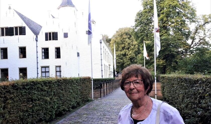 Schrijfster Jopie Roijé voor het Kasteel van Rhoon waar ze met haar verhalen de leden van de Rotary voor zich in palmde.