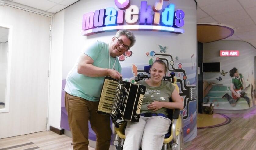 John Verbunt, Iris van Boxtel én de gedoneerde accordeon voor de collectie van Muziekids.