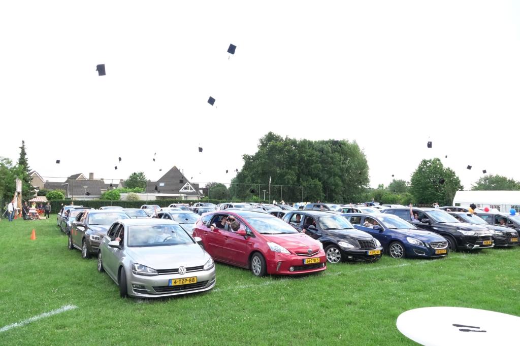 Onder luid claxonapplaus werden de unieke Cambium square academic caps vanuit de autoramen in de lucht gegooid.  © DPG Media
