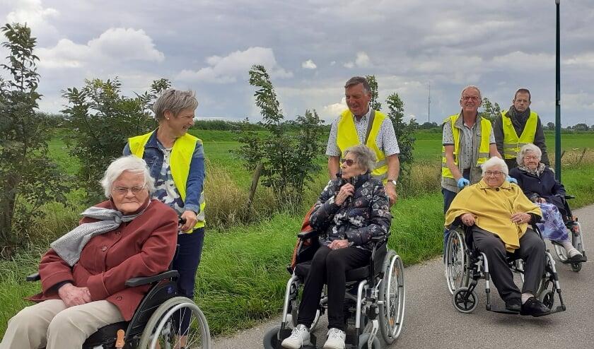 Tot groot genoegen van de gasten werd het rolstoelwandelen afgelopen week weer opgepakt. Richting Cattenbroek ging het deze eerste keer. (Foto: Petra van den Heuvel-van der Ven)