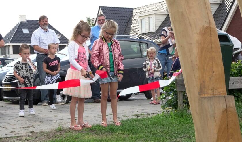 Sophie van Steenbergen en Marilynn van Haaften hadden de eer om het lintje door te knippen en daarmee de speeltuin officieel te openen. Foto: Marielle Pelle