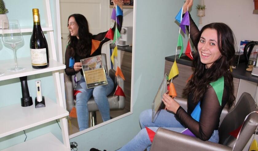 Mardy de Jong (27)  viert haar verkiezing als leukste kapper van Nederland in haar salon, Studio ID in Boskoop. FOTO: Morvenna Goudkade