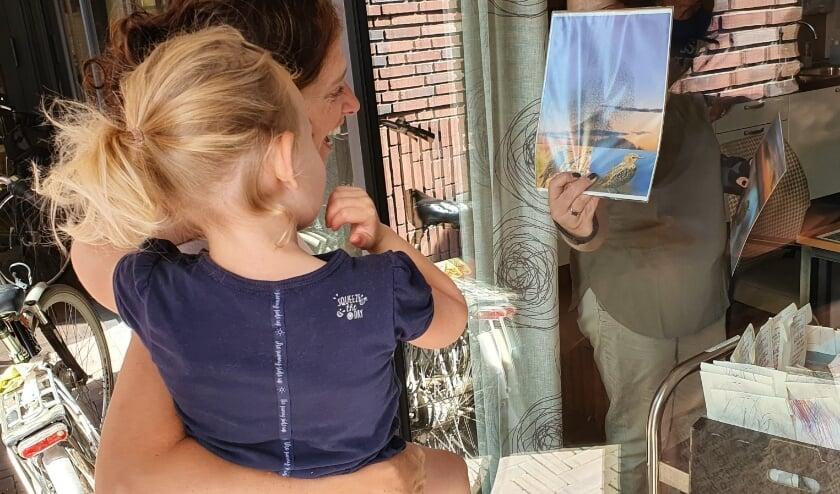 De koekjesactie werd afgesloten met een heus raambezoek. Al bij al een zeer geslaagde actie voor jong én oud!