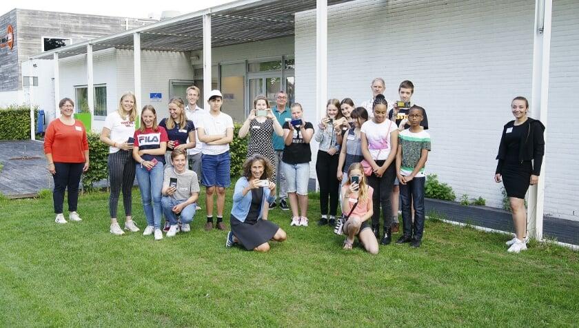 De groep jongeren die de workshop smartphone-fotografie van fotografe Christiane Bahr volgde. Links staat projectleider Anny Huuskes.