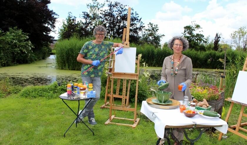 Hans Verbeek kijkt samen met echtgenote Ginette uit naar de zomerworkshops in hun fruitbomentuin. Door de crisis heeft hij zich extra kunnen ontwikkelen. FOTO: Morvenna Goudkade