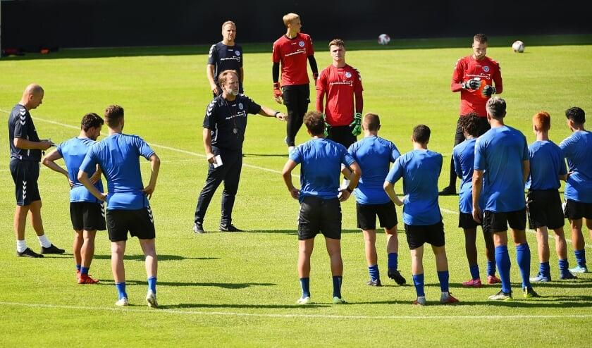 <p>Mike Snoei doceert tijdens een training.</p>