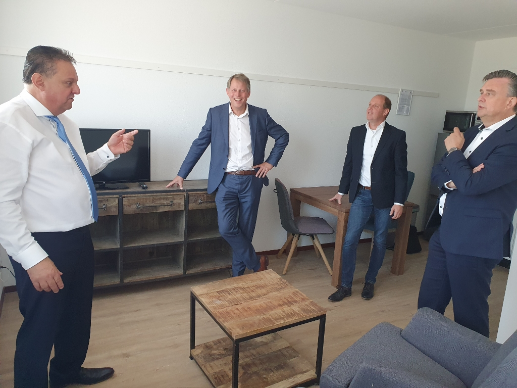 Naast Emile Roemer waren ook de burgemeester van Bladel en Joris van den Bergh, provinciaal adviseur arbeidsmigratie, aanwezig.  Foto:  © DPG Media
